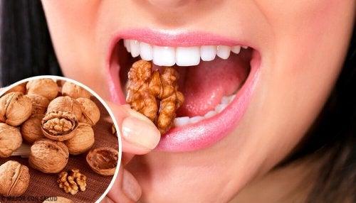 Donna mangia noci per flusso mestruale abbondante