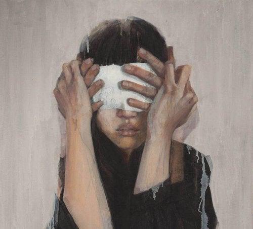 Occhi bendati di ragazza da mani dietro di lei