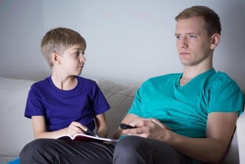 Padre assente con suo figlio