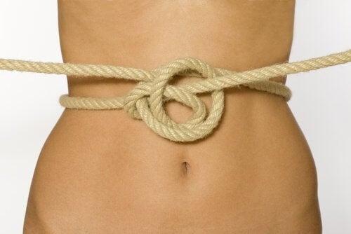 Pancia stretta da corda a simboleggiare stitichezza