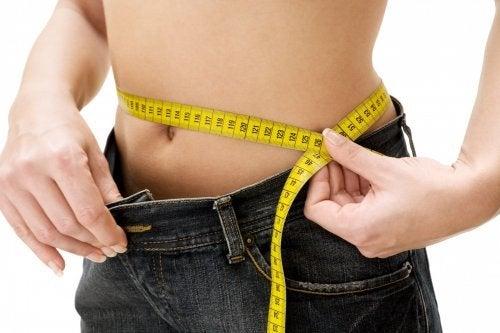 donna misura ventre con metro