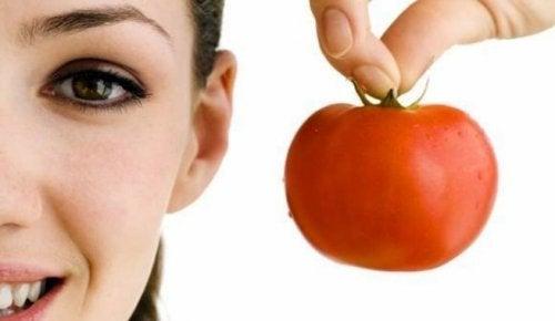 Donna con pomodoro in mano