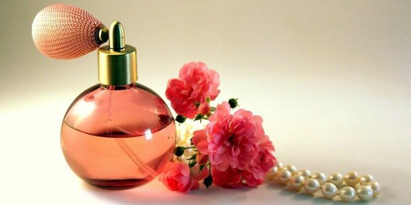 Profumo decorato con rose e perle