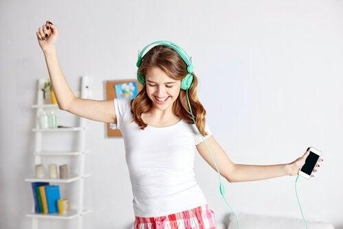 Ragazza che ascolta musica con cuffie