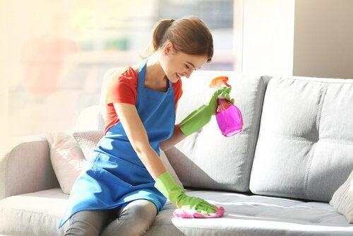 5 ingredienti per rimuovere la polvere dai mobili
