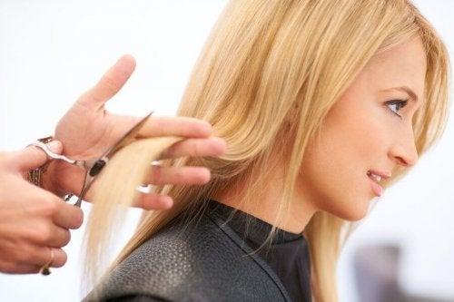Ragazza che si fa tagliare i capelli