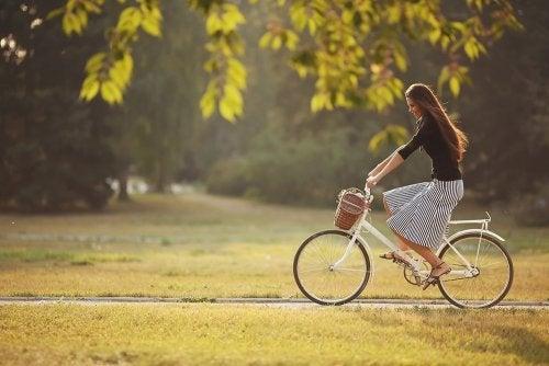 Ragazza in bicicletta al parco