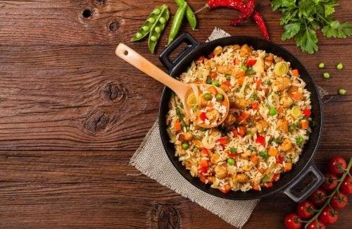Delizioso riso con pollo e verdure