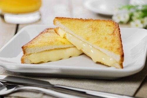 Il panino Montre Cristo è preparato con fette di pane impanato