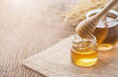 Eliminare le cicatrici da acne con miele e curcuma