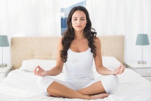 Pratiche yoga sul letto