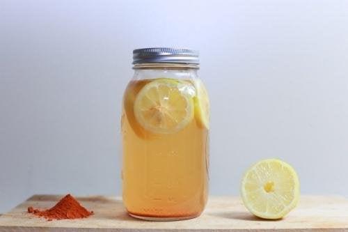 Barattolo di acqua e limone con curcuma