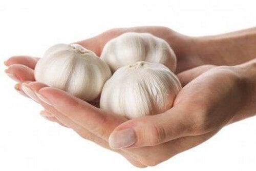 Indurire le unghie con rimedi naturali a base di aglio