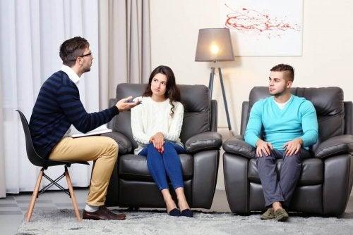 Ragazzo parla con amici per trovare un partner