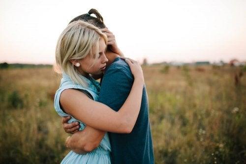 Amici che si abbracciano