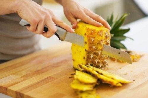Donna affetta ananas