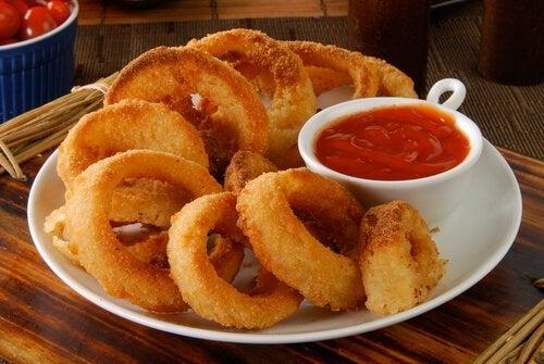Anelli di cipolla con salsa barbecue