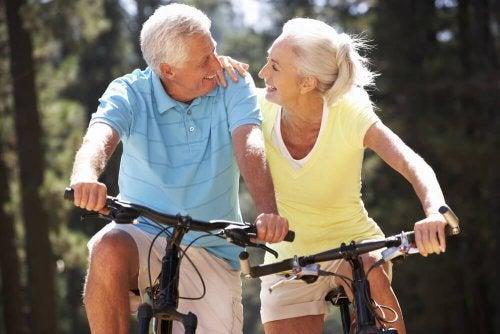 Coppia di anziani in bici