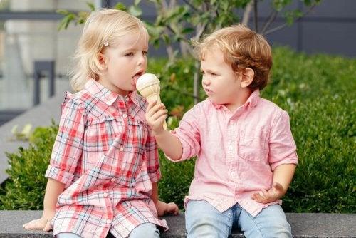Bambino condivide il gelato con una bambina