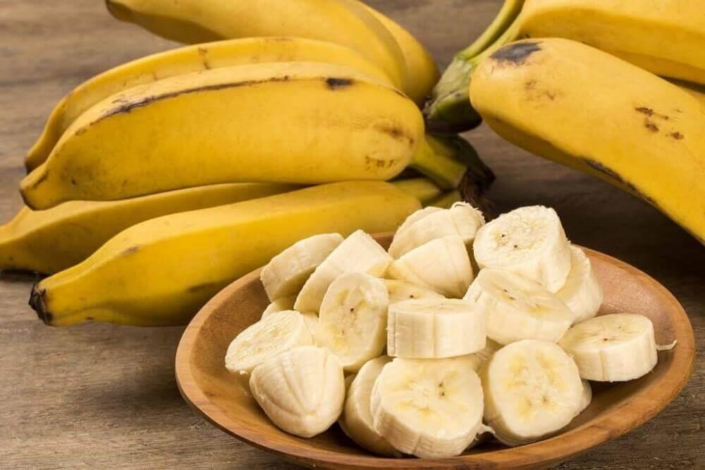 Banane intere e tagliate