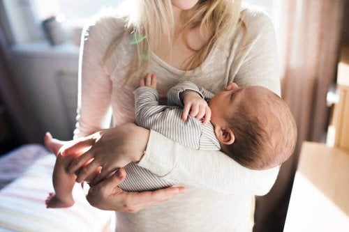 Bambino tra le braccia di sua madre.