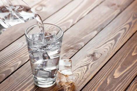 Bicchiere di acqua ghiacciata.