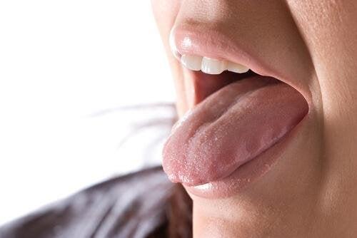 Donna con la lingua in fuori