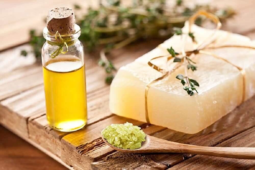 Boccetta d'olio e sapone naturale