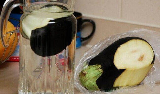 Brocca d'acqua e melanzane