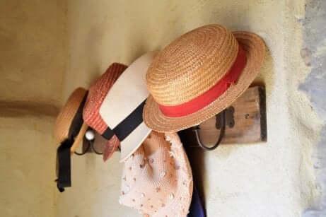 Fila di cappelli.