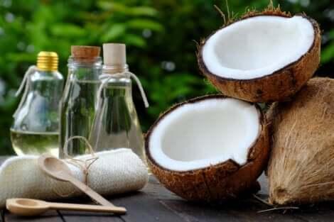 Olio di cocco per trattare la pelle secca.