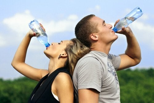 Coppia che beve perché l'acqua aiuta a dimagrire