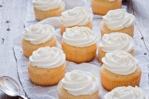 Cupcake con crema decorativa per torte