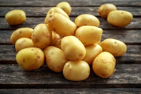 Maschere rilassanti per gli occhi alla patata