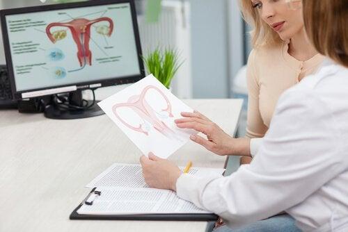 Donna a visita per cisti ovariche