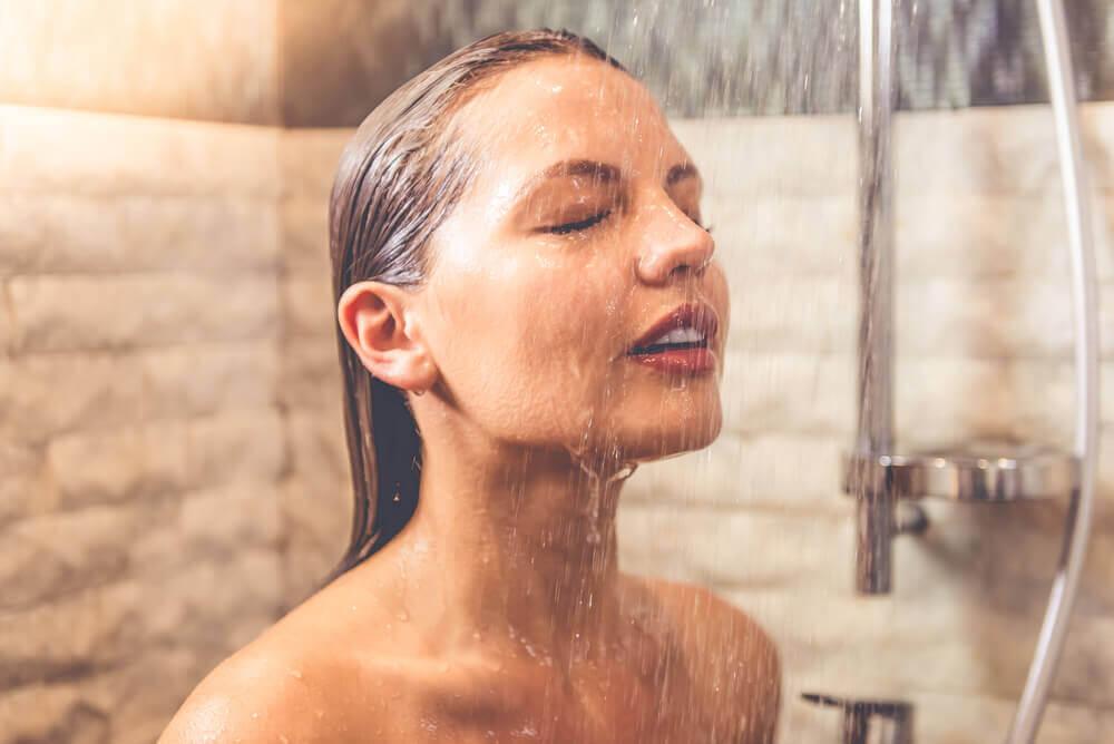 Donna che fa doccia fredda