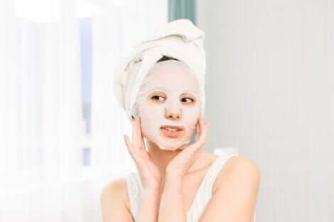 Proteggere la pelle durante la menopausa: donna con maschera.