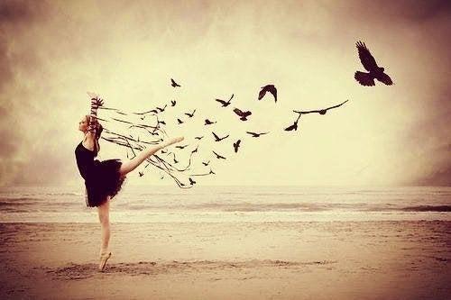 Donna che balla e libera uccelli