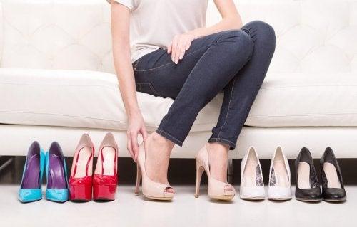 Donna prova scarpe con i tacchi alti