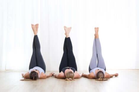 Esercizi per riattivare la circolazione: donne con le gambe sollevate.