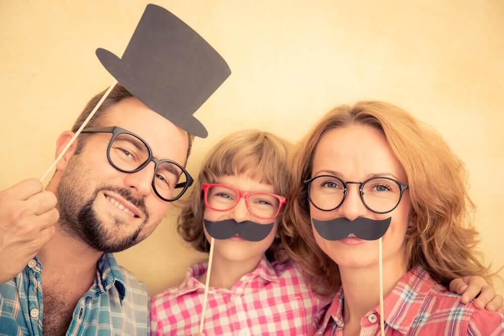 Famiglia moderna con cappelli e baffi finti