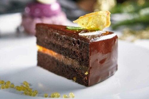 Fetta di torta al cioccolato.