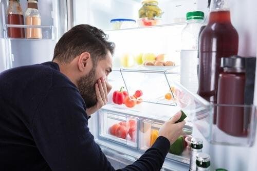 Eliminare gli odori dal frigorifero non è sempre facile.