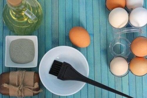 Idratare i capelli secchi con impacchi all'uovo