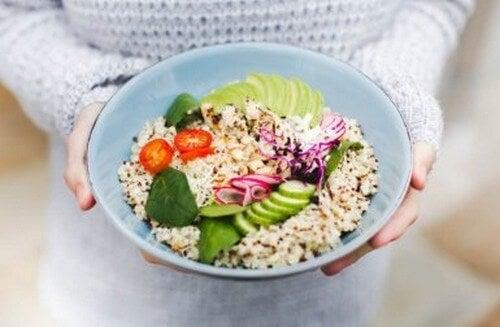 Insalata di quinoa: 3 ricette veloci e nutrienti