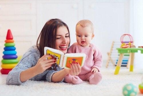 Mamma legge libro ad alta voce a suo figlio.