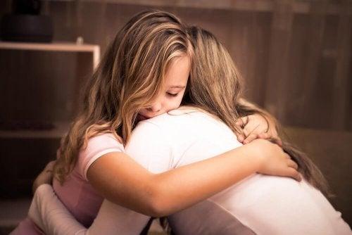 Madre abbraccia la figlia