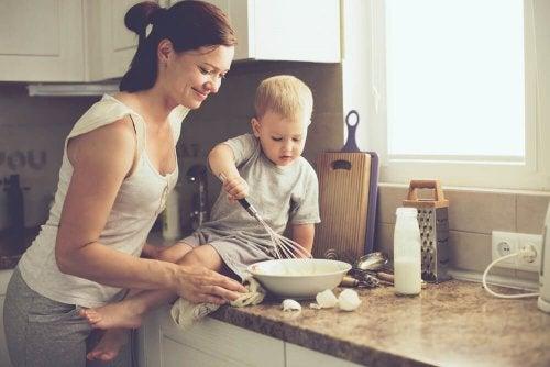 Madre e figlio che cucinano