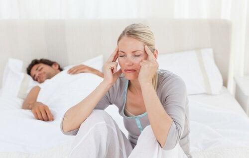 Donna con mal di testa per problemi di disidratazione