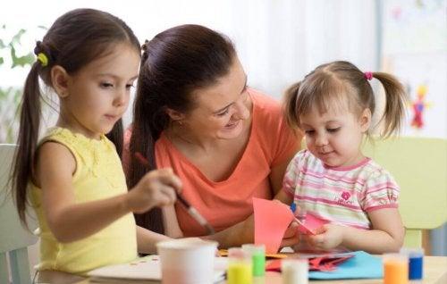 Mamma e figlie che giocano